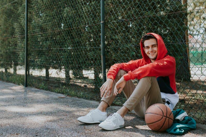 Aire libre joven en el baloncesto fotos de archivo libres de regalías
