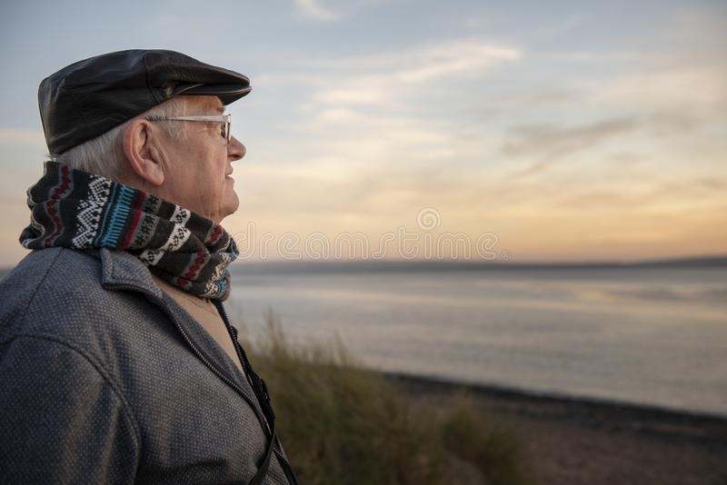 Aire libre maduro del hombre en la puesta del sol fotos de archivo