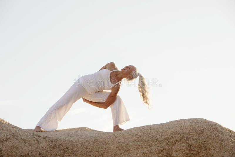 Aire libre mayor feliz de la mujer de la yoga en naturaleza imagenes de archivo