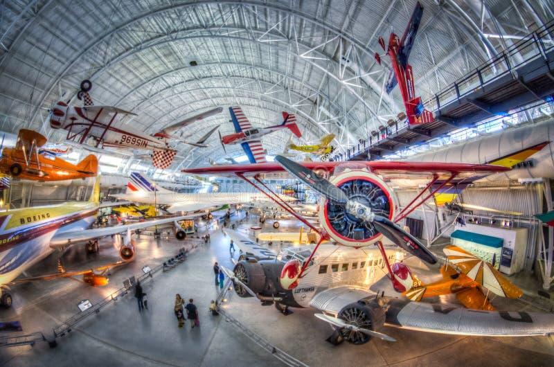 Aire y museo espacial nacionales - centro Udvar-nebuloso fotos de archivo