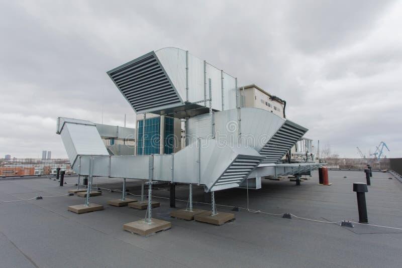Aire y sistema de condicionamiento del calor en el top del tejado imágenes de archivo libres de regalías