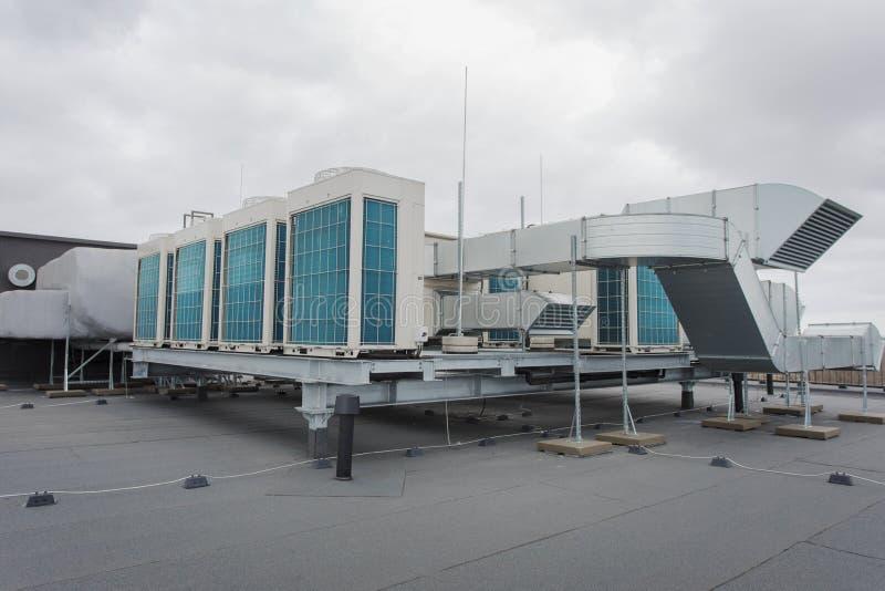 Aire y sistema de condicionamiento del calor encima del edificio fotografía de archivo