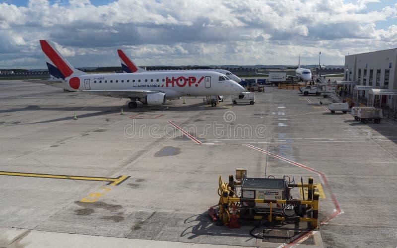AirFrance chmiel! Embraer 170 przygotowanie przed lotem zdjęcia stock