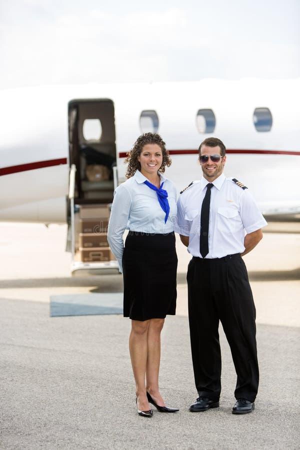 Airhostess I pilota pozycja Przeciw Intymnemu strumieniowi zdjęcia stock