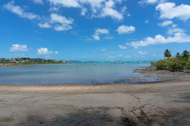 Airliestrand op zonnige dag Queensland, Australië royalty-vrije stock afbeeldingen