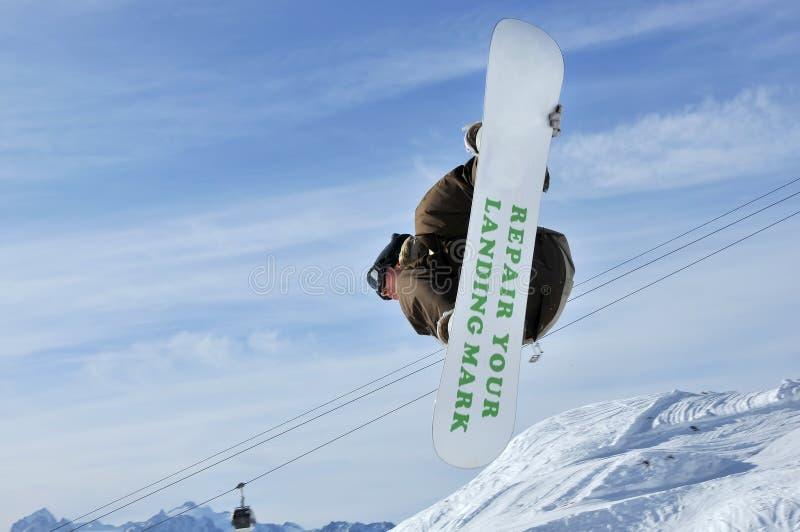 Airoski: Mädchenflugwesen auf Snowboard stockfoto