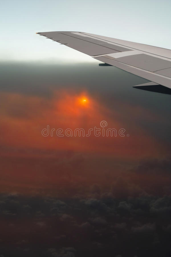 Airplan in geräucherten Aschenwolken. Volkano Eruption. stockbild