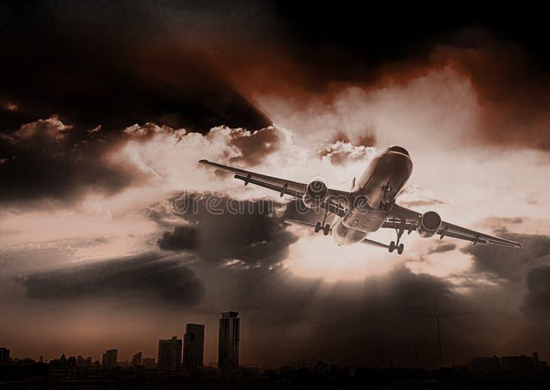 Airpland zdejmował przy zmierzchu wieczór Biznesowy linii lotniczej pojęcie, Tr obrazy royalty free
