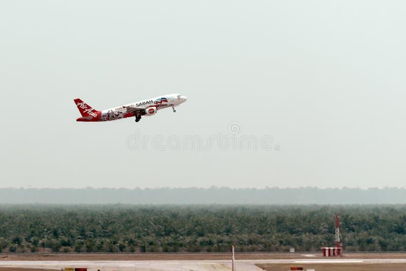 Airplane Company亚洲航空在机场,侧视图离开 库存图片