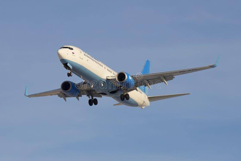Airplane Company Victory Boeing 737-8MA (VQ-BTS) avant le débarquement à l'aéroport Pulkovo photos libres de droits