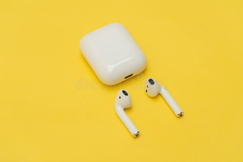 AirPods Bezprzewodowi hełmofony Apple obrazy royalty free