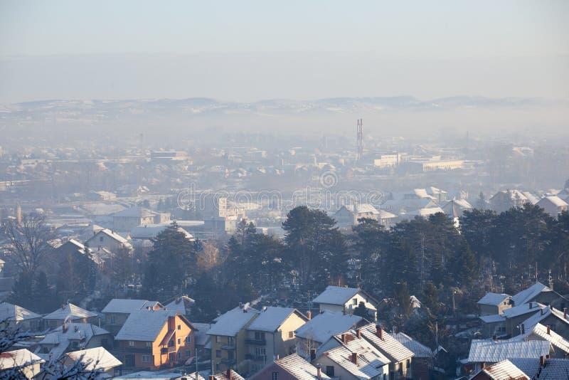 Airpolutionluchtvervuiling in de winter, Valjevo, Servië stock foto