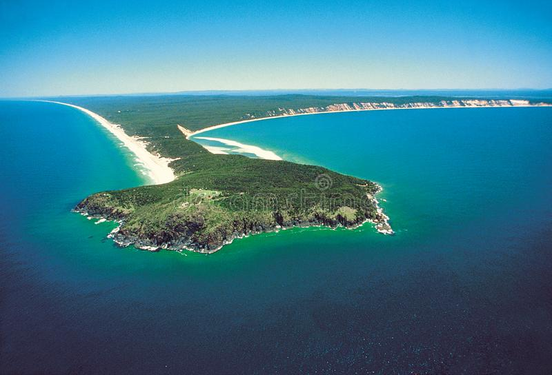 Airshot Dwoisty wyspa punkt przy tęczy plażą, światło słoneczne Co obraz royalty free