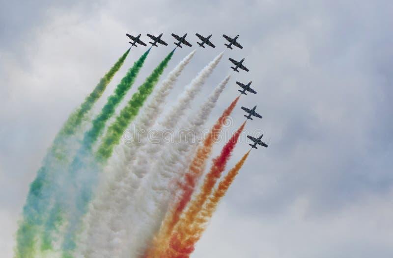 Airshow με τα αεριωθούμενα αεροπλάνα και τα ελικόπτερα στοκ εικόνα