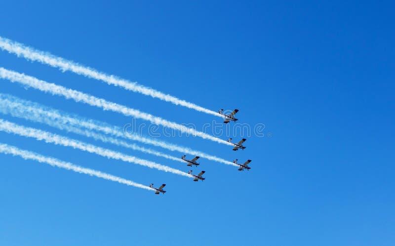 airshow 六架飞机白色烟足迹在天空蔚蓝的 库存照片