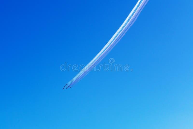 Airshow in cielo blu sopra il Qatar immagine stock