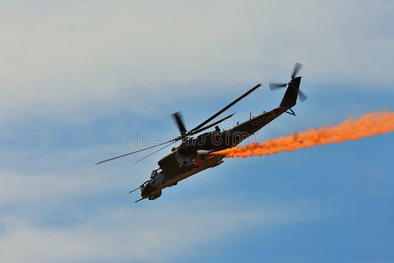 Airshow commemorativo Attacco con elicottero dell'aeronautica Mi-24V che pilota una dimostrazione alla mostra internazionale fotografie stock