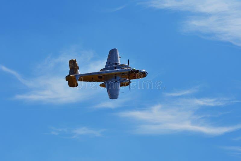 Airshow conmemorativo Avión del bombardero de Chrome B-25 Mitchell de la Segunda Guerra Mundial en vuelo imágenes de archivo libres de regalías