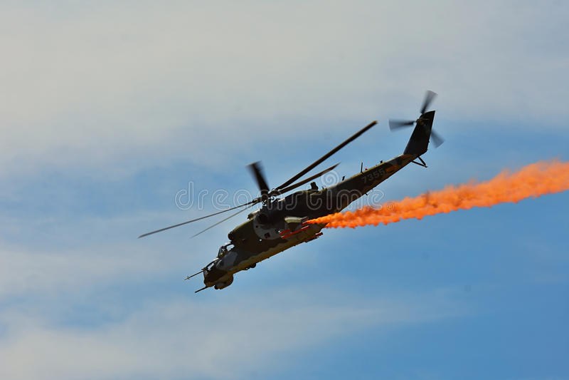 Airshow conmemorativo Helicóptero de ataque de la fuerza aérea Mi-24V que vuela una demostración en la exposición internacional fotos de archivo