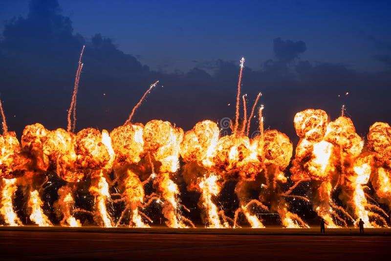 Airshow demonstrationer med brandtryckvågor för hög sprängmedel arkivbild