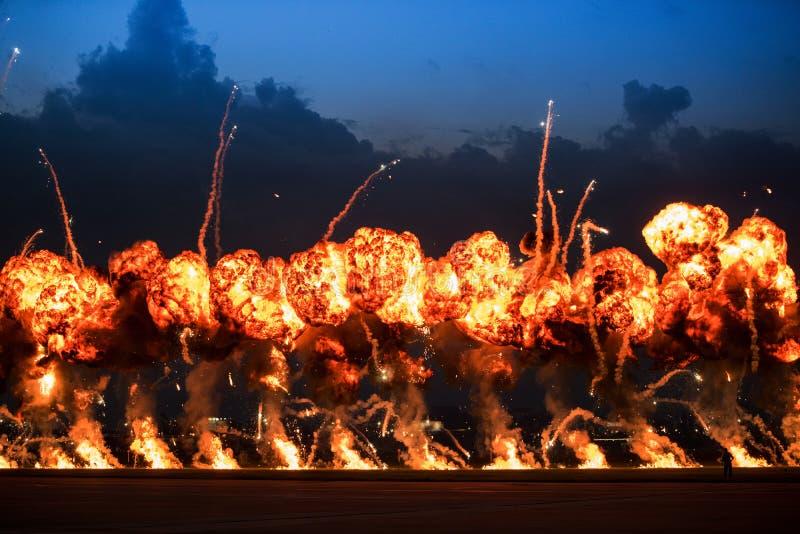 Airshow demonstrationer med brandtryckvågor för hög sprängmedel arkivbilder