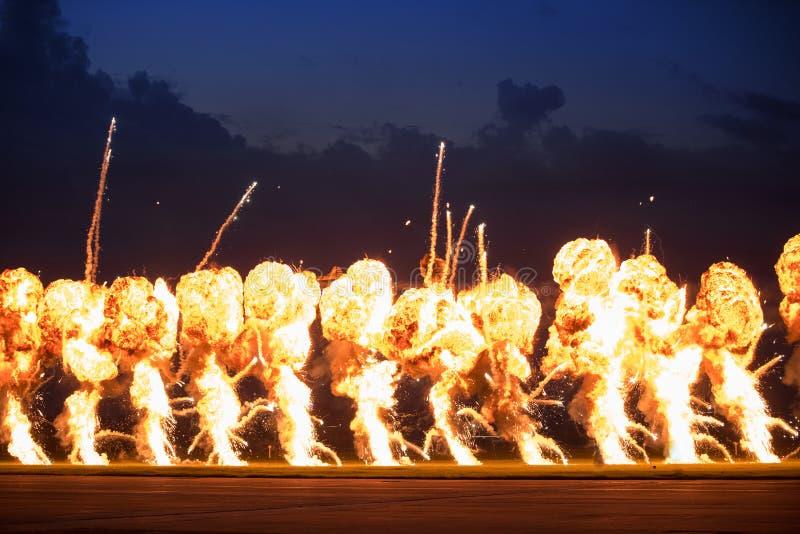 Airshow demonstrationer med brandtryckvågor för hög sprängmedel royaltyfri fotografi