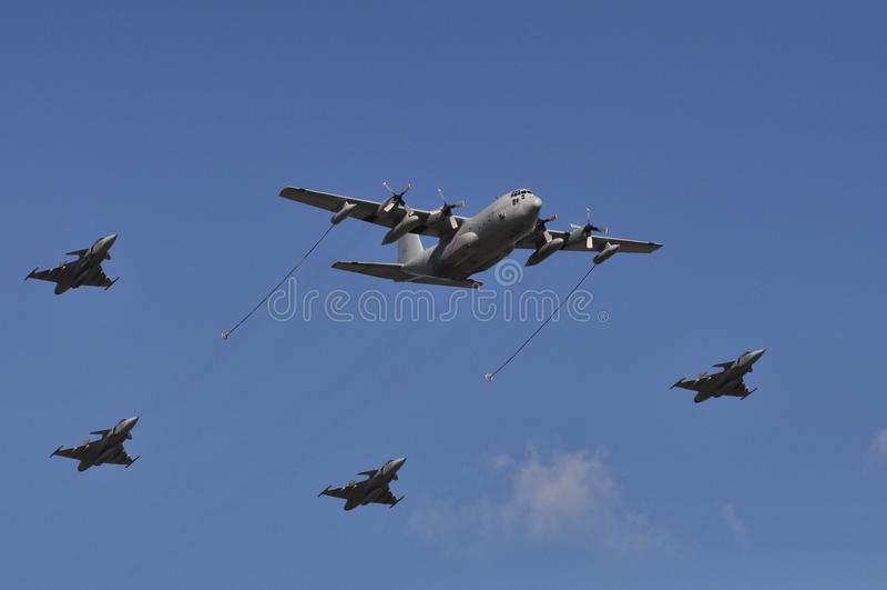 Airshow dos lutadores do reabastecimento de Hercules C-130 fotos de stock royalty free