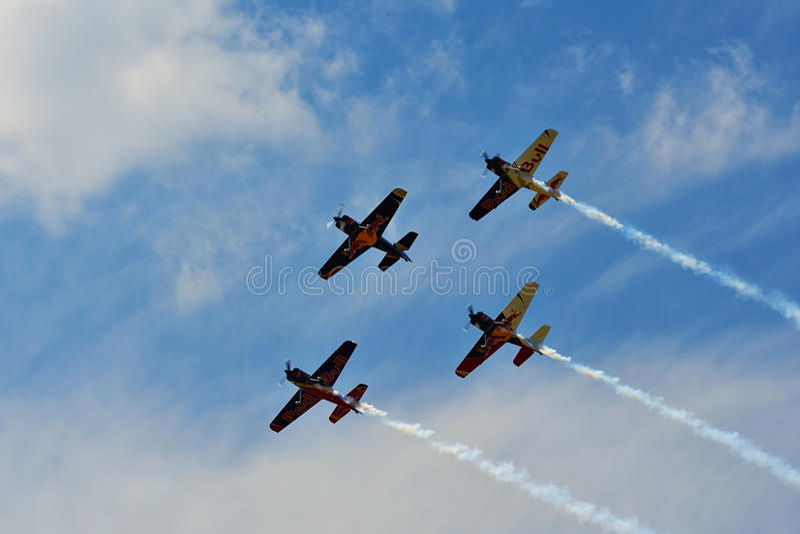 Airshow memorável As acrobacias dos touros do voo team com planos de ExtremeAir XA42 fotografia de stock