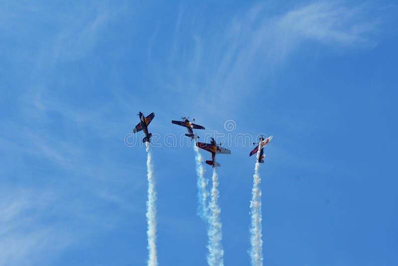 Airshow memorável As acrobacias dos touros do voo team com planos de ExtremeAir XA42 imagens de stock royalty free