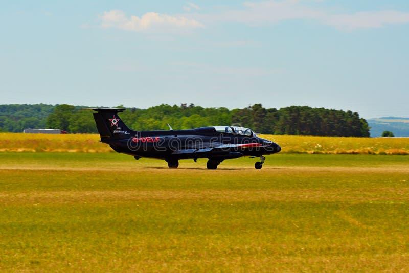 Airshow memorável Aviões traning do jato L29 avançado checo Aterrissagem em um aeroporto gramíneo imagens de stock royalty free