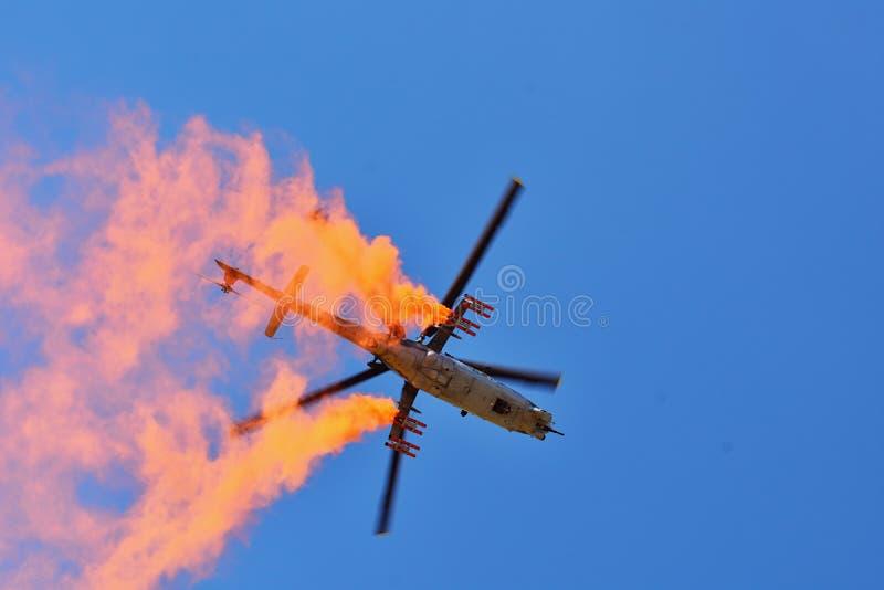 Airshow memorável Helicóptero de ataque da força aérea Mi-24V que voa uma demonstração na exposição internacional foto de stock royalty free
