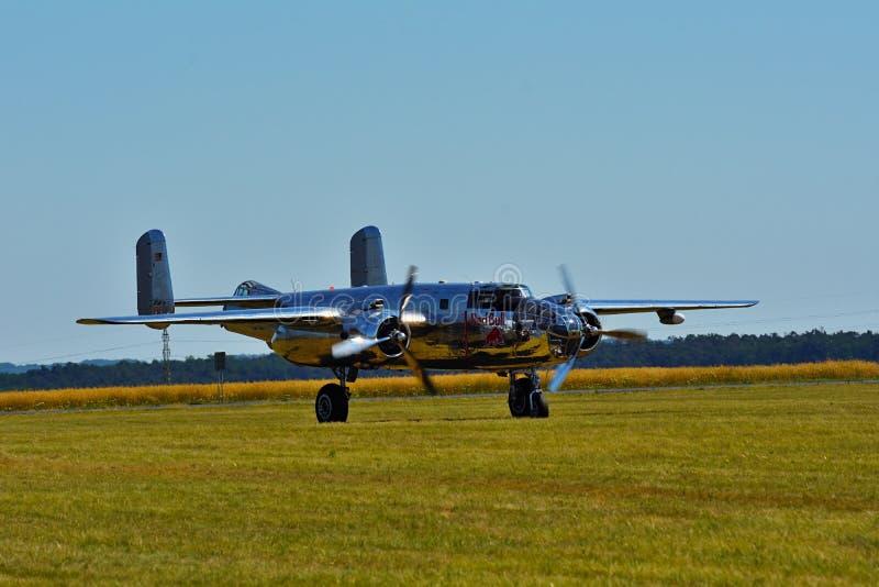 Airshow memorável Plano do bombardeiro de Chrome B-25 Mitchell da segunda guerra mundial em voo imagens de stock royalty free