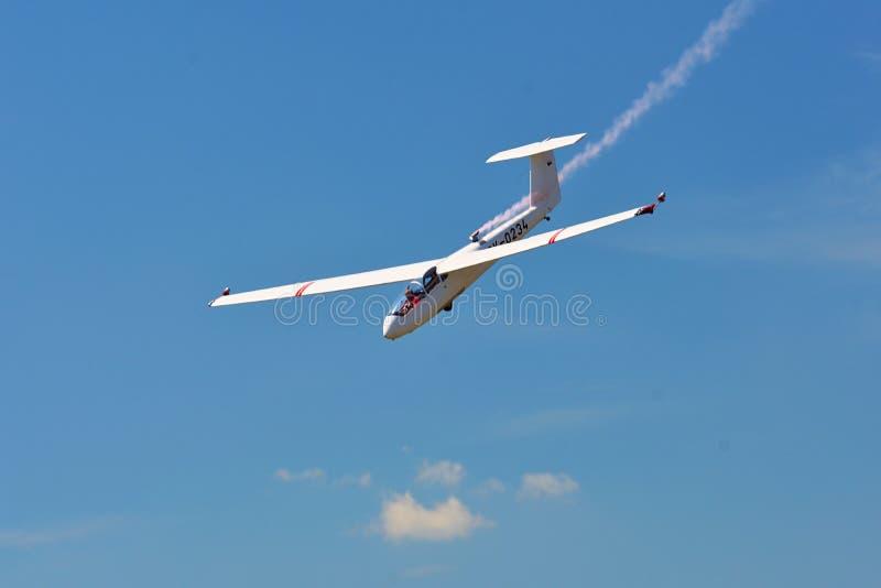 Airshow memorável Sailplane aerobatic do withlight da equipe do planador do voo que mostra seu desempenho, efeito do fumo fotos de stock
