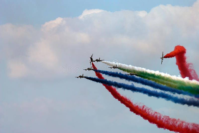 Airshow mit farbigem Rauche lizenzfreie stockbilder