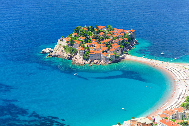 Airview chez Sveti Stefan, petit îlot et hôtel recourent dans Montene images stock