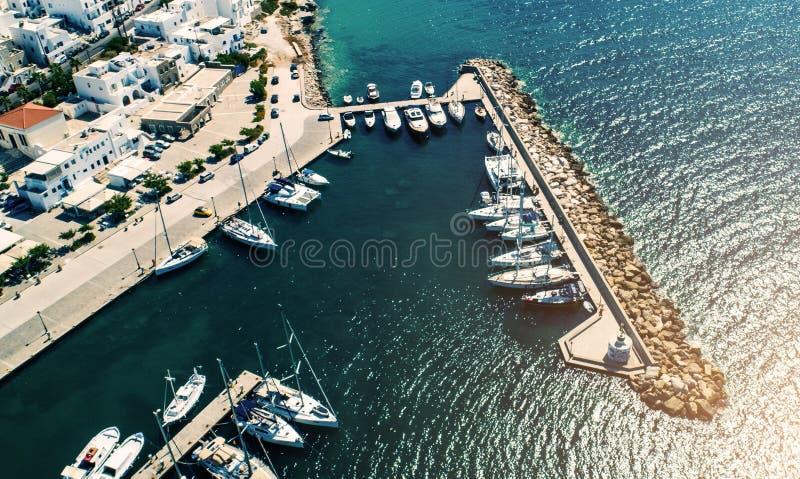 Airview de petits yachts a amarré à la jetée dans le port de Naoussa, Grèce image stock