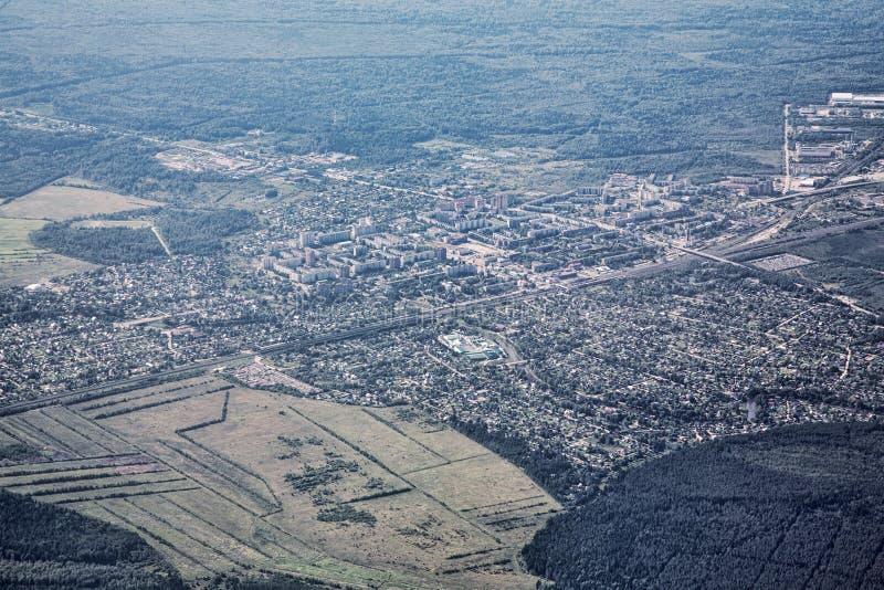 Airview krajobraz z miasteczkiem i lasem obrazy royalty free