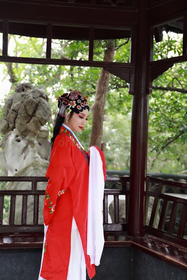 Aisa aktorki Peking Pekin opery kostiumów pawilonu Chińskiego ogródu dramata sztuki sukni tana Porcelanowy tradycyjny rola wykonu obrazy stock
