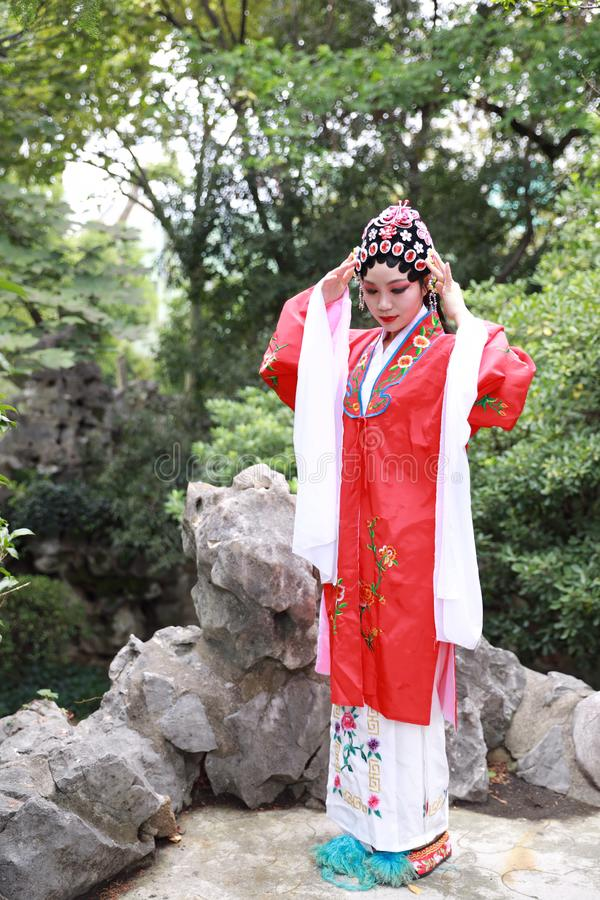 Aisa aktorki Peking Pekin opery kostiumów pawilonu Chińskiego ogródu dramata sztuki sukni tana Porcelanowy tradycyjny rola wykonu obraz stock