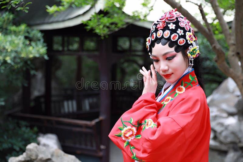 Aisa aktorki Peking Pekin opery kostiumów pawilonu Chińskiego ogródu dramata sztuki sukni tana Porcelanowy tradycyjny rola wykonu obraz royalty free