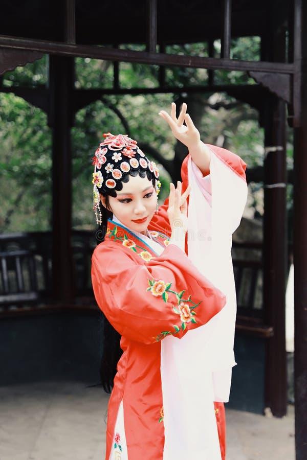 Aisa aktorki Peking Pekin opery kostiumów pawilonu Chińskiego ogródu dramata sztuki sukni tana Porcelanowy tradycyjny rola wykonu fotografia stock