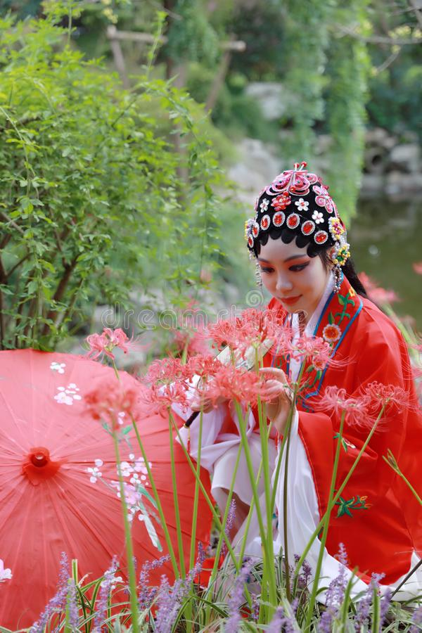 Aisa kobiety Peking Pekin opery kostiumów pawilonu Chińskiego ogródu dramata sztuki panny młodej tana Porcelanowy tradycyjny rola obrazy stock