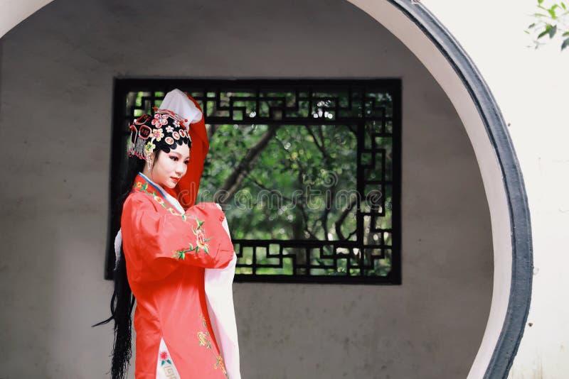 Aisa kobiety Peking Pekin opery kostiumów pawilonu Chińskiego ogródu dramata sztuki sukni tana Porcelanowy tradycyjny rola wykonu obrazy stock