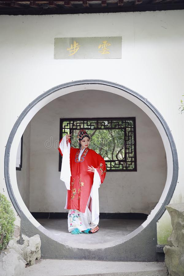 Aisa kobiety Peking Pekin opery kostiumów pawilonu Chińskiego ogródu dramata sztuki sukni tana Porcelanowy tradycyjny rola wykonu obrazy royalty free