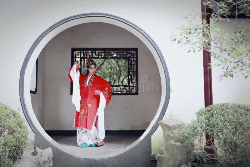 Aisa kobiety Peking Pekin opery kostiumów pawilonu Chińskiego ogródu dramata sztuki sukni tana Porcelanowy tradycyjny rola wykonu zdjęcie stock