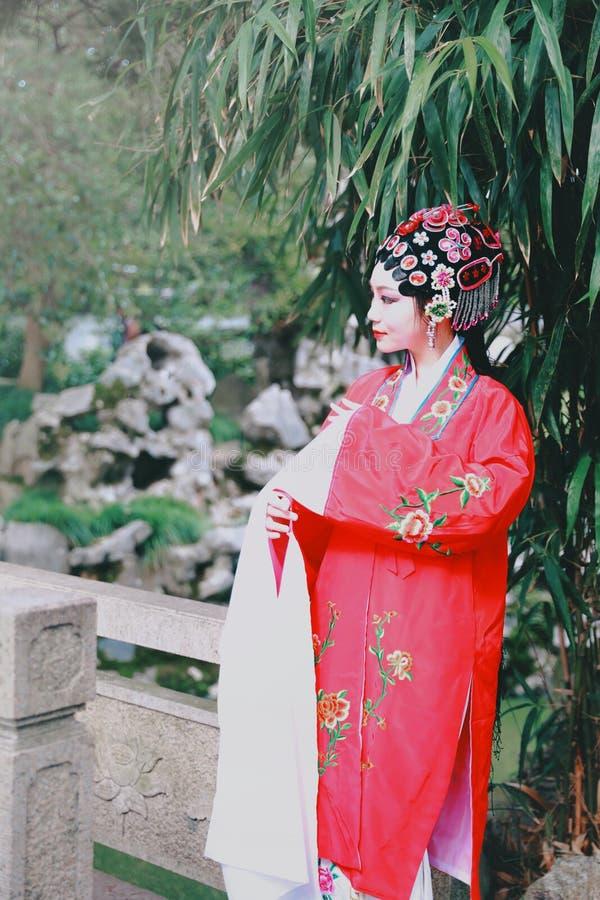 Aisa kobiety Peking Pekin opery kostiumów pawilonu Chińskiego ogródu dramata sztuki sukni tana Porcelanowy tradycyjny rola wykonu zdjęcia royalty free