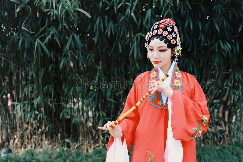 Aisa kobiety Peking Pekin opery kostiumów sukni Chińskiego ogródu Porcelanowy tradycyjny dramat wykonuje antycznych bambusa fleta zdjęcia stock