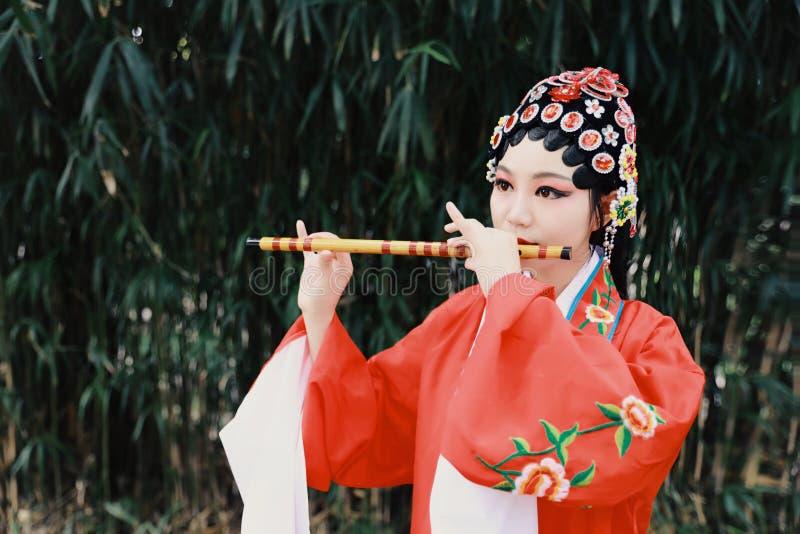 Aisa kobiety Peking Pekin opery kostiumów sukni Chińskiego ogródu Porcelanowy tradycyjny dramat wykonuje antycznych bambusa fleta fotografia stock