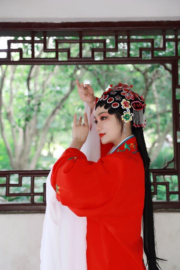 Aisa opery Chińska kobieta Peking Pekin opera w ogrodowym plenerowym porcelanowym tradycyjnym kostiumowym panna młoda dramata szt obraz royalty free