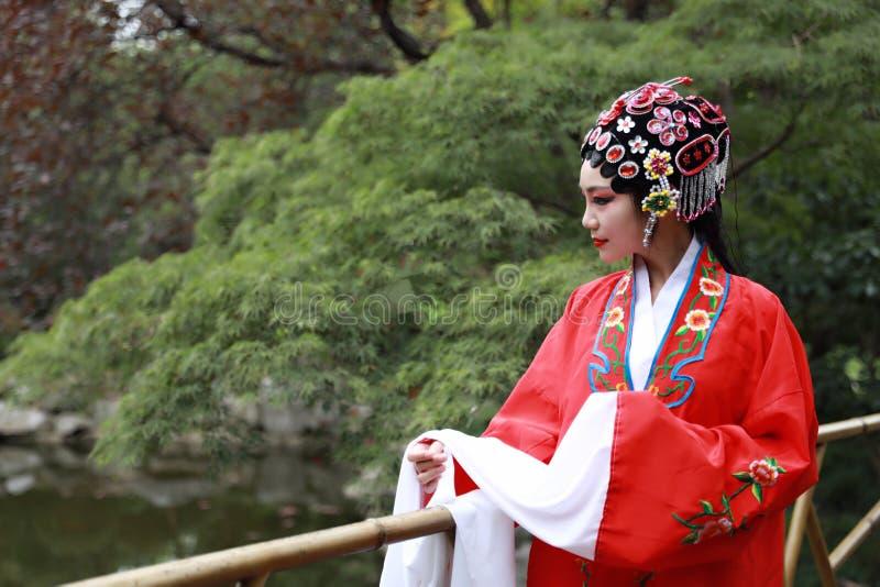 Aisa voert de Chinese van de Operakostuums van vrouwenpeking Peking van de het Paviljoentuin van het de roldrama van China tradit royalty-vrije stock foto's
